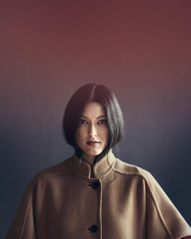 Klaus Mellenthin portraitiert Model und Influencer Rebecca Mir für das Frings Magazin