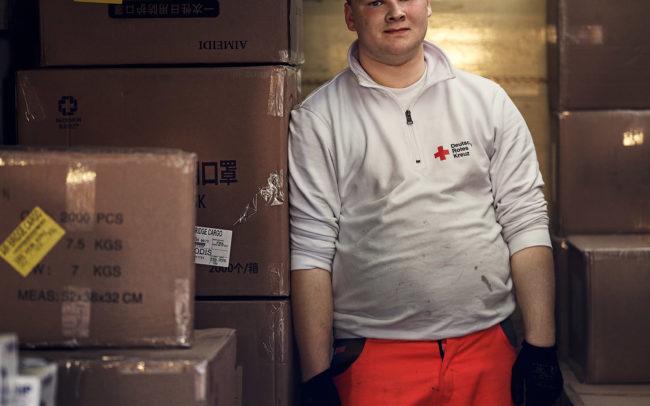 Klaus Mellenthin: Porträts und Reportage für das Deutsche Rote Kreuz Berlin beim Entladen von Atemschutzmasken in Corona Zeiten
